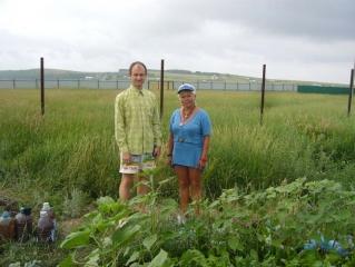Евгений Лугов и Нурия на огороде