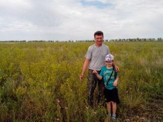 Олег с сыном Артёмом на поле донника