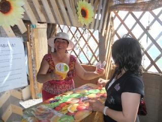 Гульсум Еремеева торжественно продает первый Аркаимский медосбор 2012