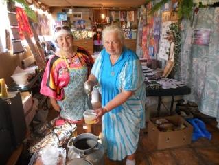 Расфасовка первого аркимского меда Людмила и Рита