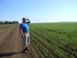 Директор базы Аркаимские просторы Татлыбаев Малик Амирович на пшеничных полях Аркаима