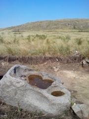 Гора Власти. Необычная круглая эрозия в камне у источника