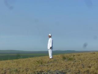 Зороастрийский священник эрвад доктор Каранджия на горе Аркаим