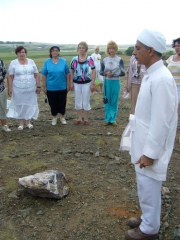 Освящение камня Заратустры проводит зороастрийский священник эрвад Рамияр Каранджия